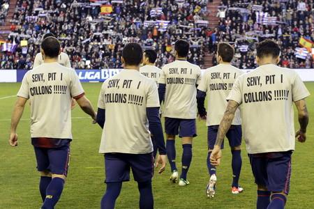 """Los jugadores del Bar�a lucieron una camiseta de �nimoa su entrenador -con el mensaje: """"Seny, pit i collons!""""-, al inicio del partido contra el Valladolid."""