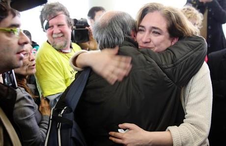 Ada Colau se abraza con un afectado ante los juzgados de Barcelona.
