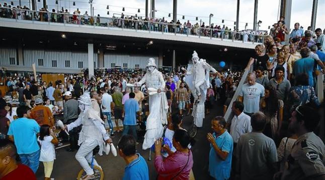 Una multitud encantada for El mercat de les glories