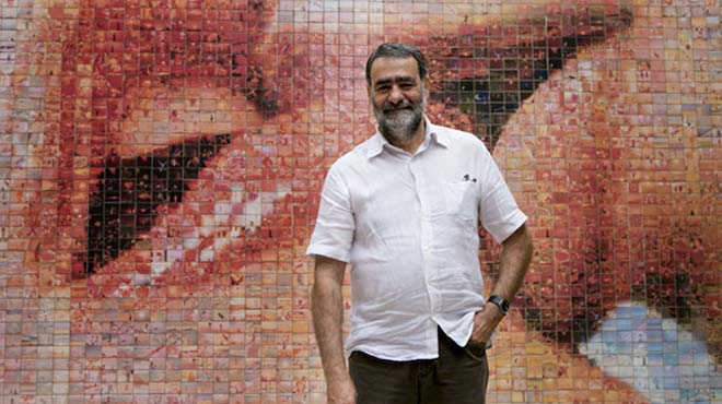 Barcelona inaugura el fotomosaico mural del beso, de Joan Fontcuberta