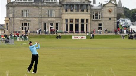 Una mujer juega a golf en un torneo en el club Saint Andrew's.