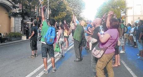 Pere Cuadrado, de verde, en la concentraci�n en Sants frente a la sede del distrito por la que le multaron con 3.000 euros.