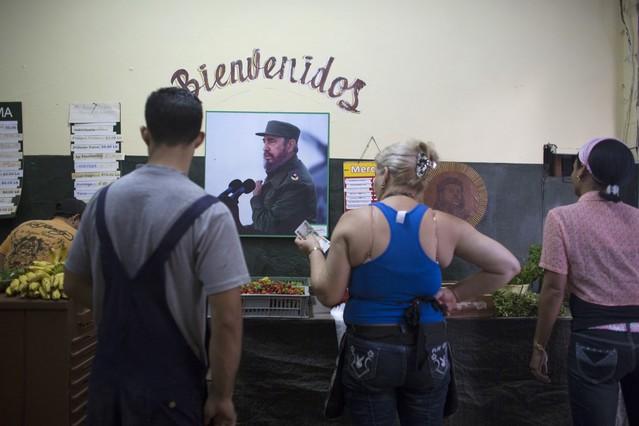 Habitantes de La Habana compran verduras en una tienda, el pasado jueves.