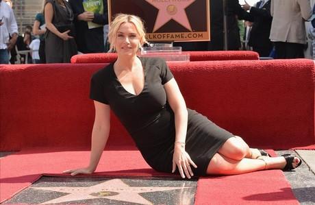 La actriz Kate Winslet posa junto a su estrella en el Paseo de la Fama de Hollywood, en marzo de 2014.