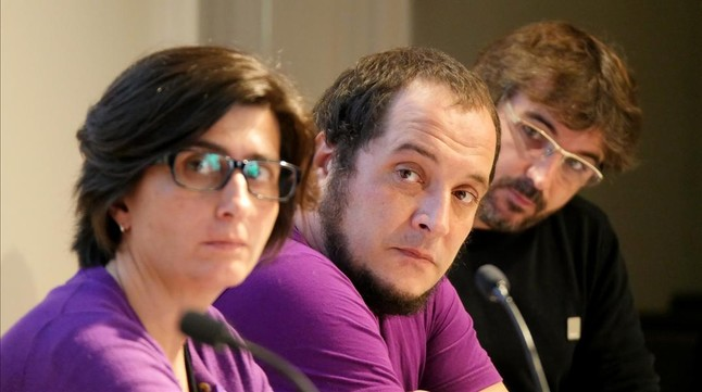 Natza Farré, David Fernández y Jordi Évole durante el acto en el que le han realizado las preguntas al cónsul de México en Barcelona Fidel Herrera.