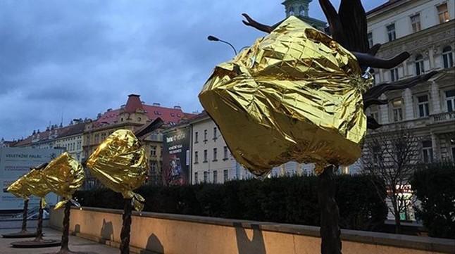 Las estatuas de bronce de Ai Weiwei en Praga, cubiertas de mantas térmicas. Imágenes de la crisis de refugiados en Lesbos y de sus diversos montajes artísticos al respecto que ha mostrado Ai Weiwei en su cuenta de instagram.
