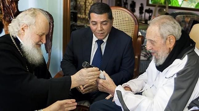 El patriarca Cirilo entrega un obsequio a Fidel Castro durante la entrevista qeu mantuvieron en La Habana.