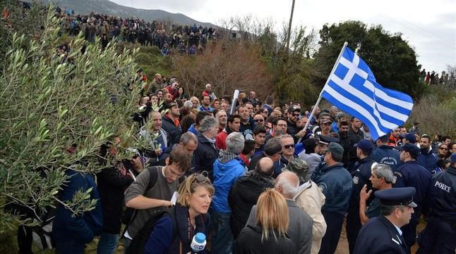 Manifestantes con carteles y banderas griegas durante una marcha contra la construcción de un hotspot en Kos, el 14 de febrero.