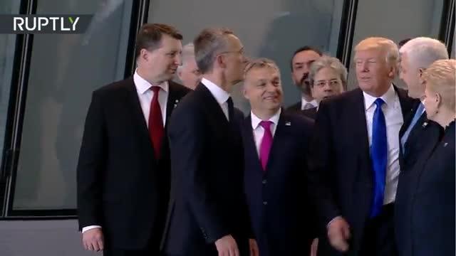 Trump empuja al primer ministro de Montenegro para colocarse delante en la foto.