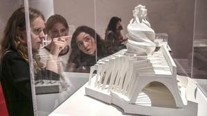 Visitantes ante una de las piezas expuestas en la exposición sobre Gaudí, en Moscú.