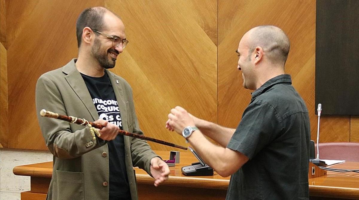 Maties Serracant recibe la vara de alcalde de manos del segundo teniente de alcalde, Joan Berlanga, este martes, 25 de julio, en Sabadell.