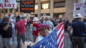 Seguidores de Trump acuden al acto del presidente en Phoenix (Arizona), el martes 22 de agosto.