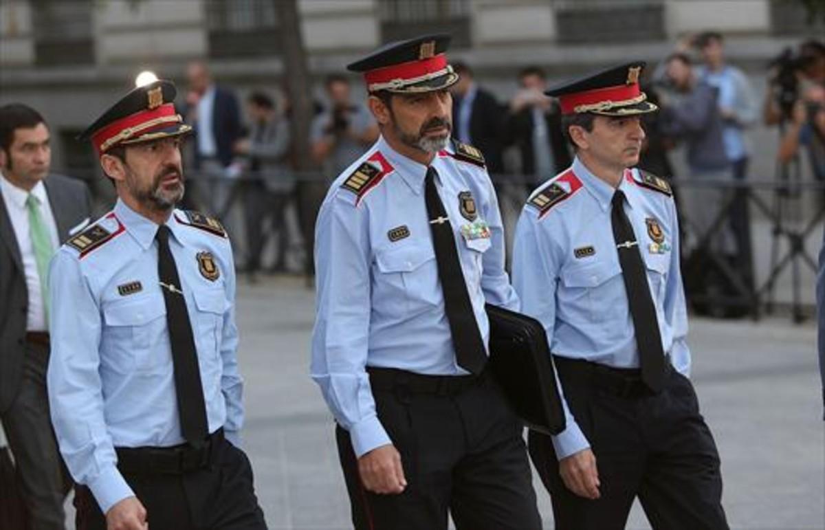 El mayor Josep Lluís Trapero, en el centro, llegando a la Audiencia Nacional, ayer.