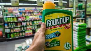 Un herbicida con glifosato de venta en unos grandes almacenes franceses.