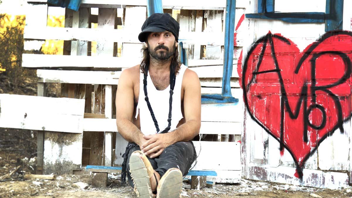 Miguel Campello grava per a 'On Barcelona' l'acústic de 'Sueña' al seu estudi.