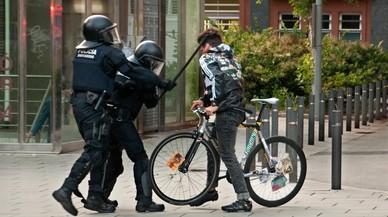 Dos años de cárcel para un mosso que aporreó a un joven en Can Vies