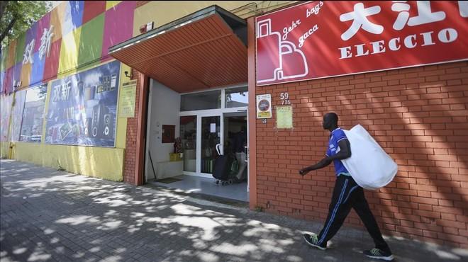 Algunos compradores se dirigen a las tiendas de los mayoristas chinos situadas en el pol�gono Badalona Sud, el pasado viernes.