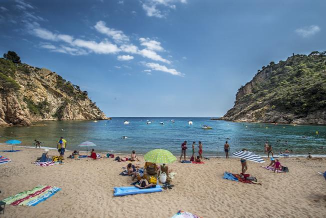 Bañistas en la Cala Giverola de Tossa de Mar, en la Costa Brava.