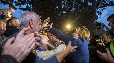Decenas de personas dieron su apoyo a Carmen Forcadel, el jueves de la semana pasada.