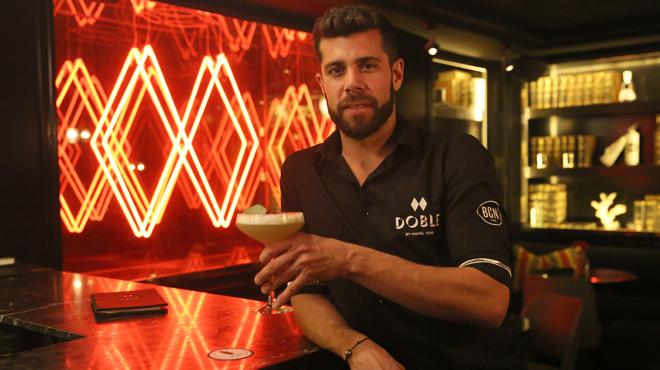 Manel Vehí prepara elcóctel 'On Barcelona' en la cocteleríaDoble, en Barcelona.