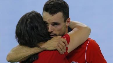 Conchita Mart�nez abraza a Roberto Bautista tras ganar este el punto decisivo en Ruman�a el pasado domingo.