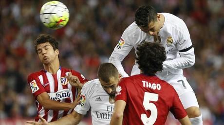 Cristiano se apoya en Benzema para cabecear en el Calder�n.