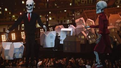 Donald Trump y Theresa May convertidos en esqueletos en la actuación de Katy Perry en los Brit Awards.