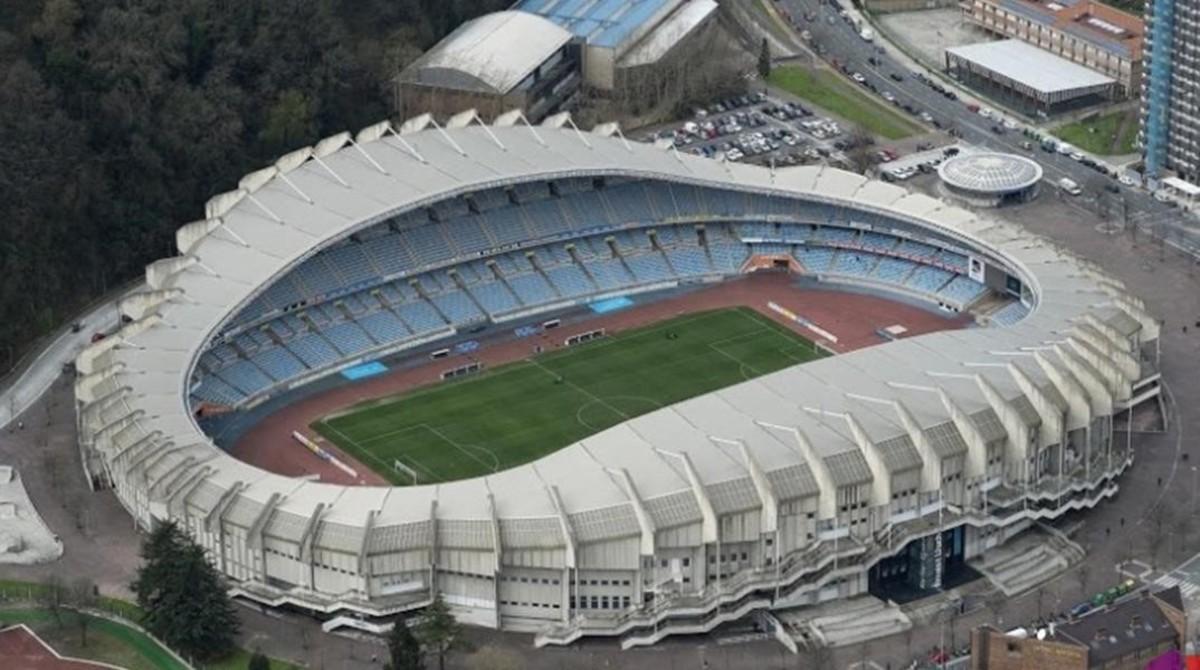 La real contrata a un 39 sin techo 39 que viv a en anoeta for Puerta 20 estadio racing