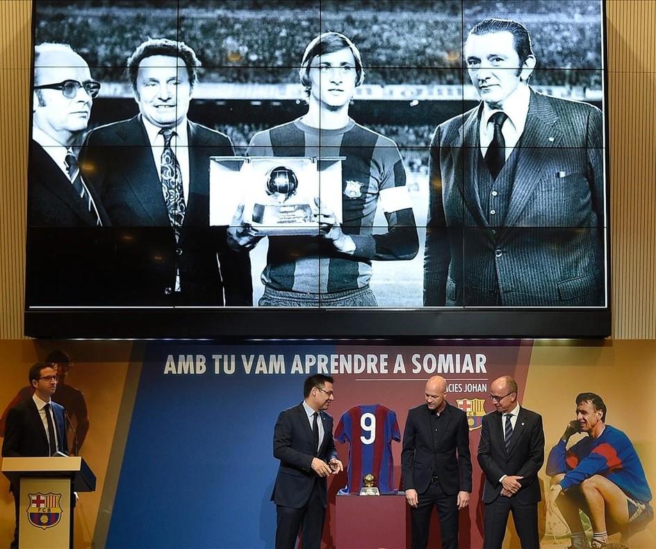 Jordi Cruyff, con Josep Maria Barlomeu y Jordi Cardoner, presidente y vicepresidente del Barça, respectivamente, en el homenaje del club azulgrana al extécnico fallecido hace un año.