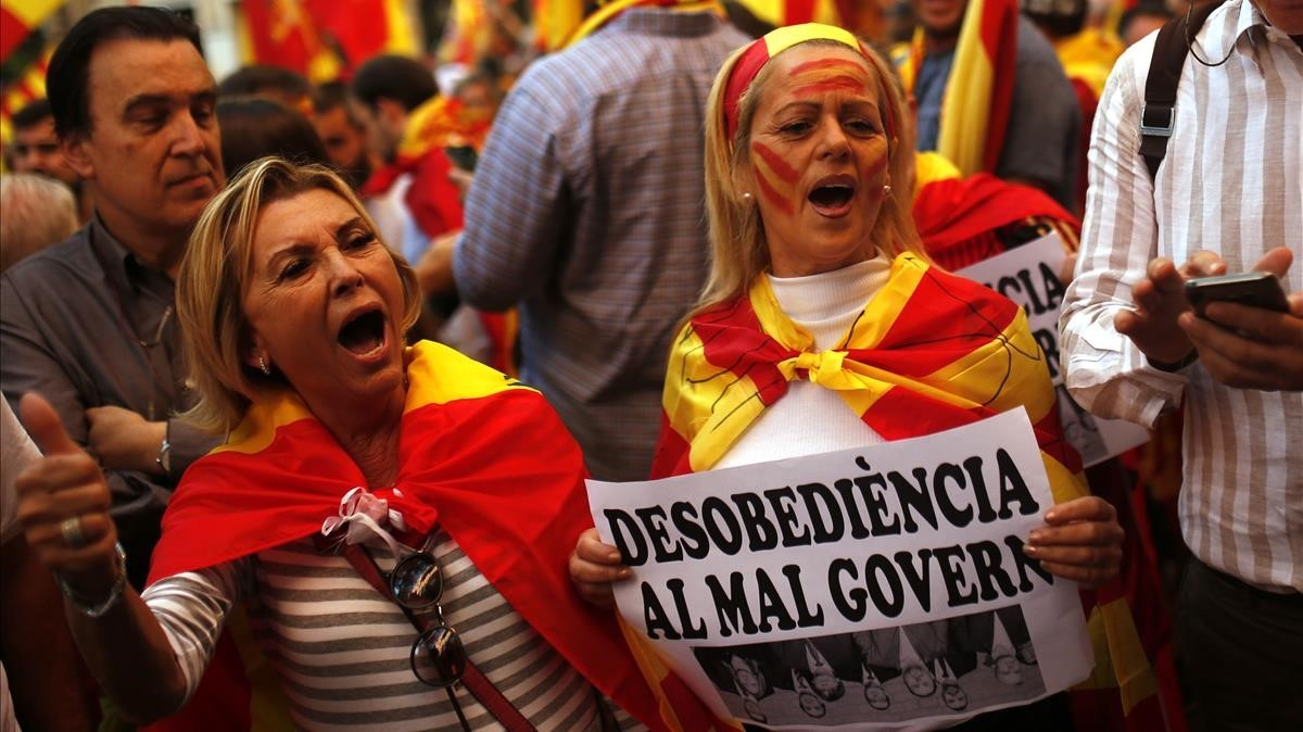 Dos manifestantes unionistasen Vía Laietana