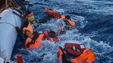 Inmigrantes y refugiados dominados por el pánico durante una operación de rescate dirigida por la oenegé maltesa Moas y la Cruz Roja italiana, frente a las costas de Libia, este jueves.