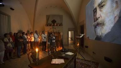 El interior del monasterio, durante uno de los momentos de la visita nocturna a M�n Sant Benet.