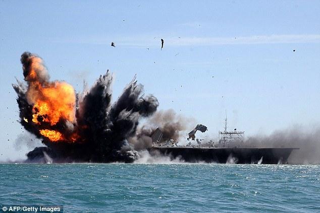 L'Iran destrueix la rèplica d'un portaavions dels EUA en unes maniobres militars