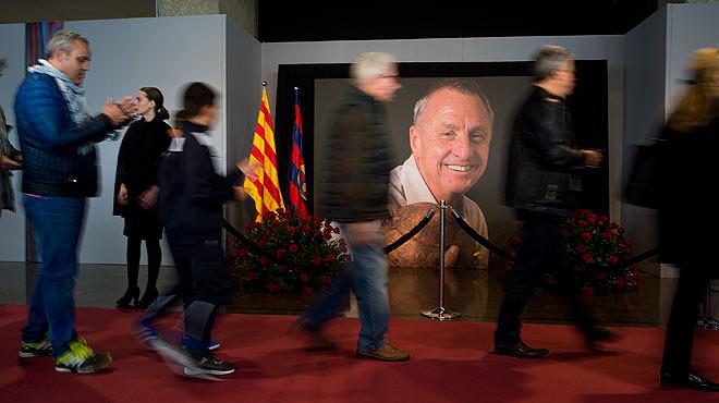 Los aficionados recuerdan el importante papel de Johan Cruyff para el mundo del f�tbol.