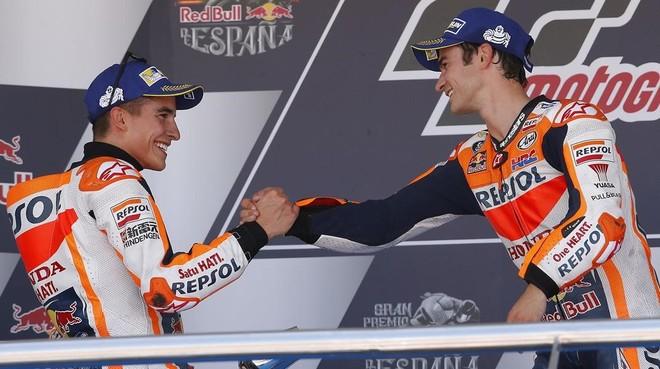 Marc Márquez y Dani Pedrosa comparten su felicidad en el podio de Jerez.