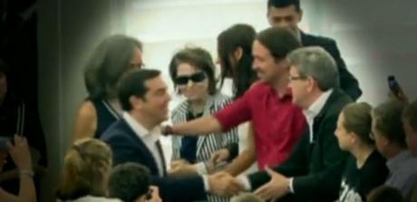 El momento del saludo de la controversia entre Pablo Iglesias y Alexis Tsipras, este miércoles, en el Parlamento Europeo.