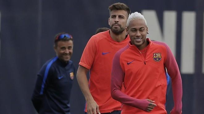 Neymar y Luis Enrique, junto a Piqu�, en un�entrenamiento.