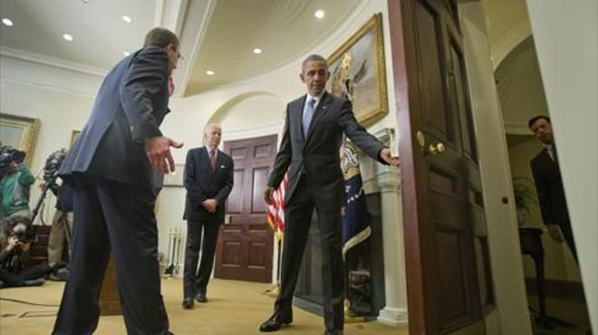 Obama abre la puerta al vicepresidente Joe Biden (centro) y al secretario de Defensa, Ash Carter, tras anunciar su plan en la Casa Blanca. ayer.