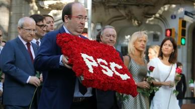 El primer secretari del PSC, Miquel Iceta, fent l'ofrena floral al monument de Rafael Casanova. PERE FRANCESCH / ACN