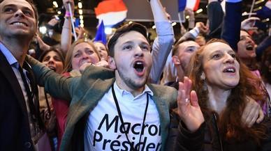 Seguidores de Macron celebran los resultados de la primera vuelta, en París, el 23 de abril.