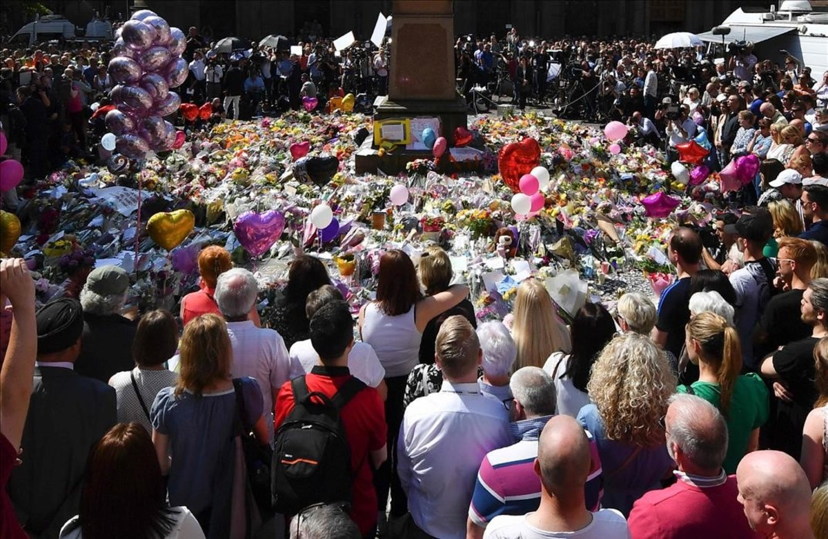 Una multitud observa un minuto de silencio en St Ann's Square, en el tributo a las víctimas, en Mancheste.