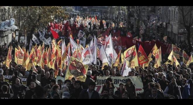 Una multitud participa en un funeral por un miliciano kurdo muerto en la lucha contra el Estado Isl�mico, el 20 de noviembre en Estambul.