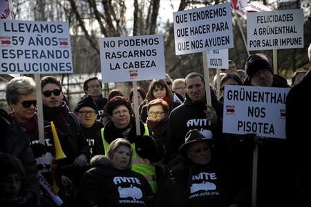 V�ctimas de la talidomida reclaman una indemnizaci�nen las inmediaciones del palacio de la Moncloa, en Madrid.