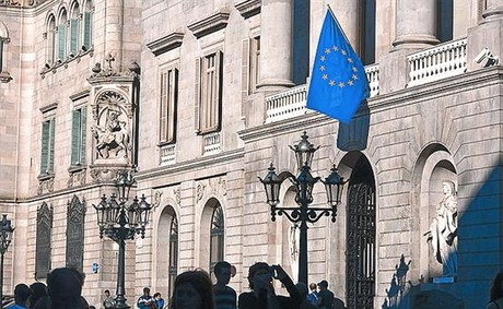 El smbolo 8La bandera de Europa, en el Ayuntamiento de Barcelona.