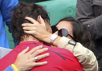 Rafa Nadal besa a su novia, Xisca, tras ganar Roland Garros.