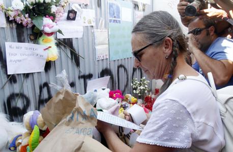 La tía de Ruth Ortiz deposita ante la finca de Las Quemadillas la carta de su sobrina dirigida a sus hijos desaparecidos, el pasado viernes. EFE