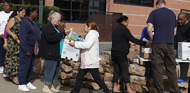 Ciudadanos de Alexandria (Virginia) esperan el reparto de comida de la oenegé Alive.