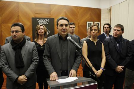 Manuel Bustos, junto con Juan Carlos Sánchez, a la izquierda, y el resto del equipo municipal de Sabadell.