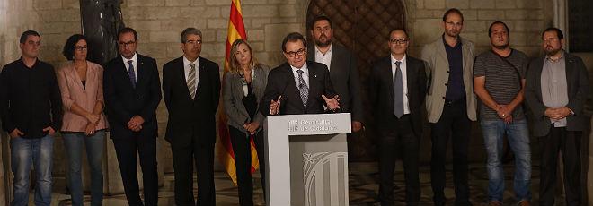 Artur Mas, rodeado por los l�deres de todos los partidos favorables a la consulta, tras la reuni�n del 3 de octubre en el Palau de la Generalitat.