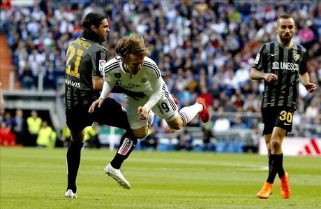 Sergio S�nchez hace saltar por los aires a Modric, durante el Real Madrid-M�laga.